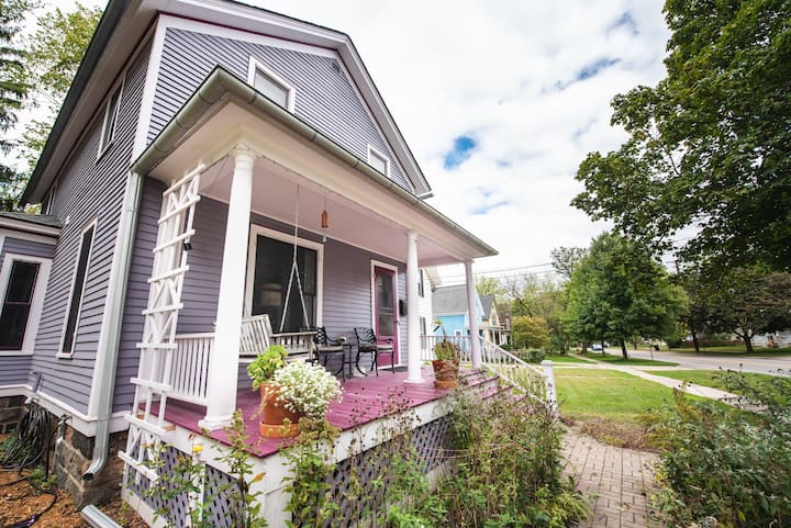 Cozy, historic, downtown home, close to stadium