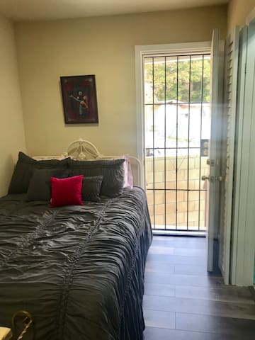 Cozy bedroom with Private Entry and Shared Patio