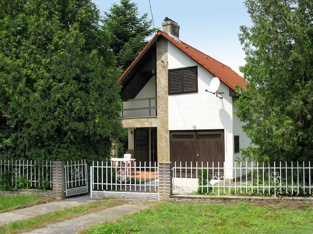 Holiday home with great terrace in Balatonszarszo