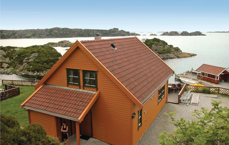 Holiday cottage with 4 bedrooms on 125m² in Kvalavåg