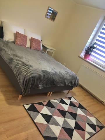 """Pokój """"różowy"""". Dwa łóżka 90x200 z możliwością połączenia w jedno duże. Piękny widok na sad."""