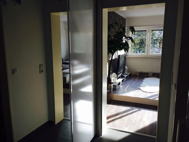 Blick vom Flur ins Schlaf/Wohnzimmer