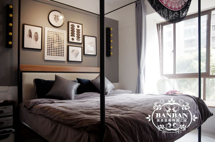 主卧室啊,有独立卫生间,超级舒适的席梦思+立体床垫+复古铁架床1.8*2.0