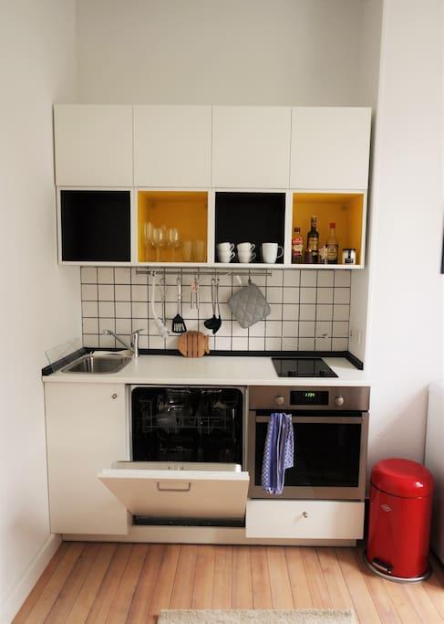 Voll ausgestattete Küche mit Spülmaschine