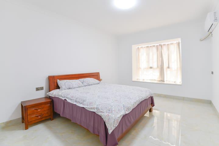 卧室一: 房间宽敞明亮,座在窗台上看到江景,独立卫生间,胡桃木1.8米宽的大床,舒适的床垫,让你感到在家一样的舒服。