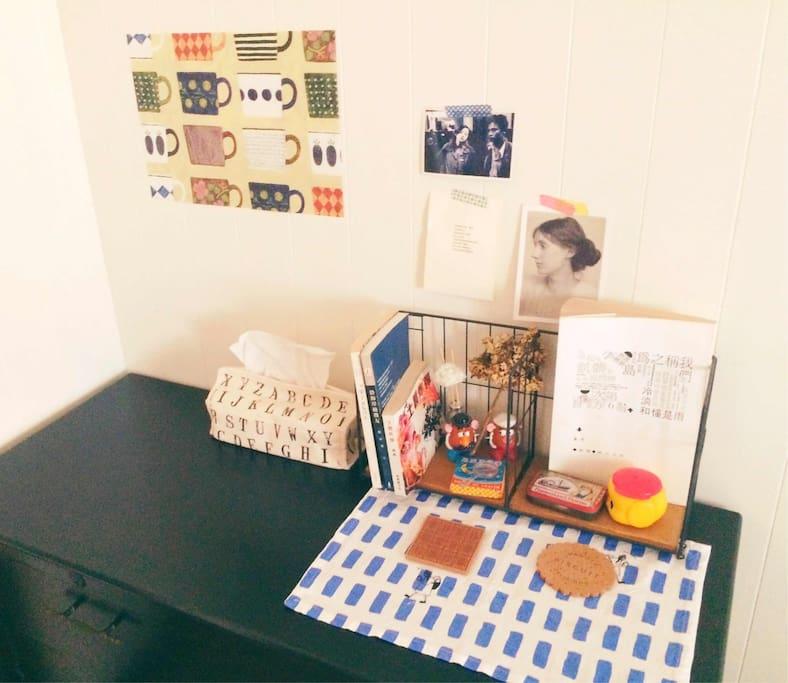 一些台灣詩人的詩集, 與你分享! 房間裡有個老奶奶年代的五斗櫃  裡頭有乾淨浴巾和吹風機