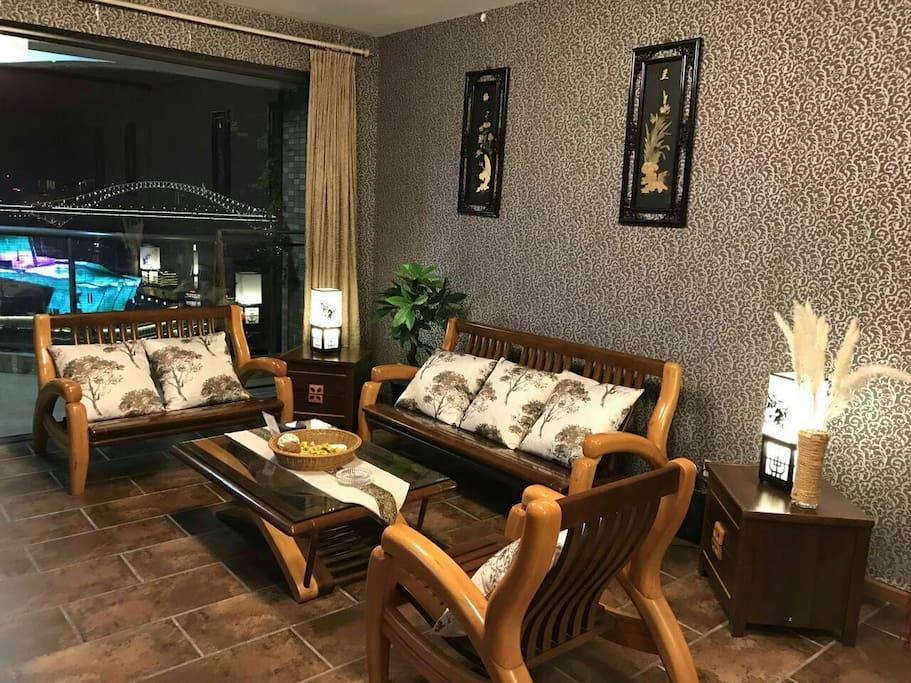 坐在客厅看着电视也可以欣赏到落地窗在外的景色