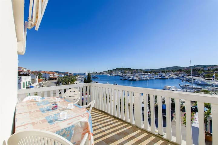Two Bedroom Apartment, 30m from city center, seaside in Jezera - island Murter, Terrace