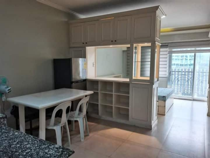 Enjoy MNL sunset in this fully furnished studio!