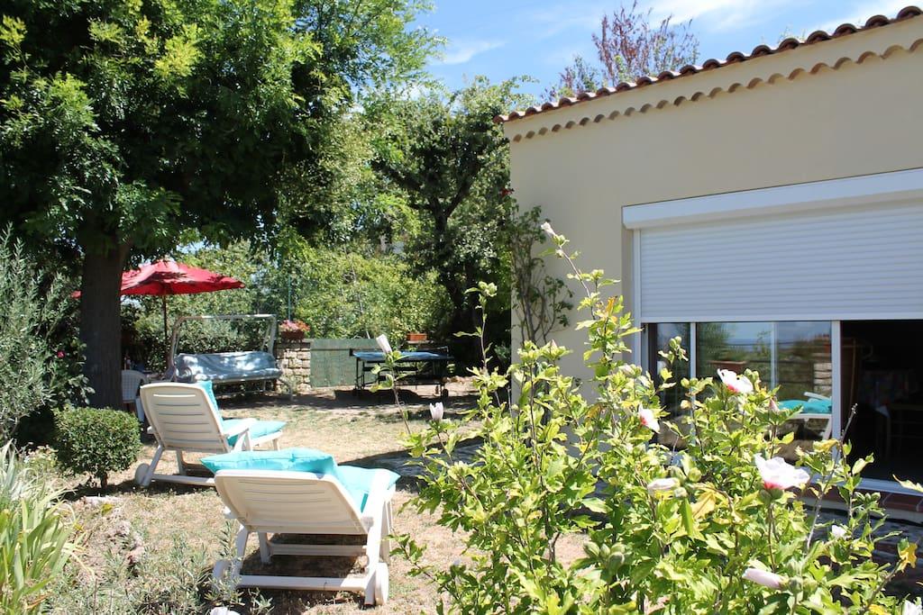 Situé entre Aix-en-Provence et Marseille, à seulement 30 km de la mer...
