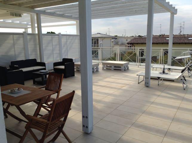 Attico con vasto terrazzo a Lido di Classe - Lido di Classe - Apartment