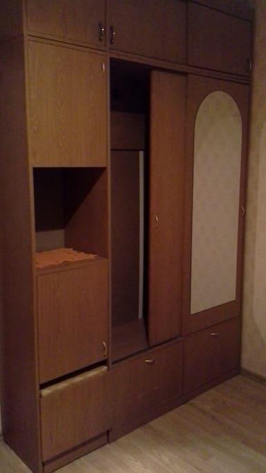Шкаф для верхней одежды.