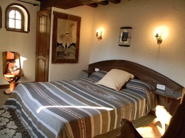 "La tour de Pérès : ""L'Africaine"" - Ayguetinte - Bed & Breakfast"