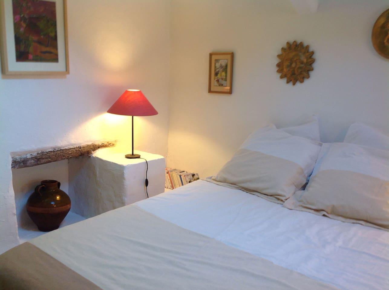 La chambre, avec un lit 140 x 190 cm, avec une fenêtre de toit ouvrante et store occultant.