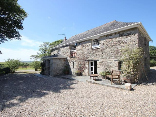 TREVENNING BARN, pet friendly, with open fire in Bodmin, Ref 959457