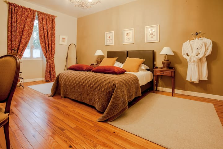 Spacieuse chambre de charme  - VELINES - Bed & Breakfast