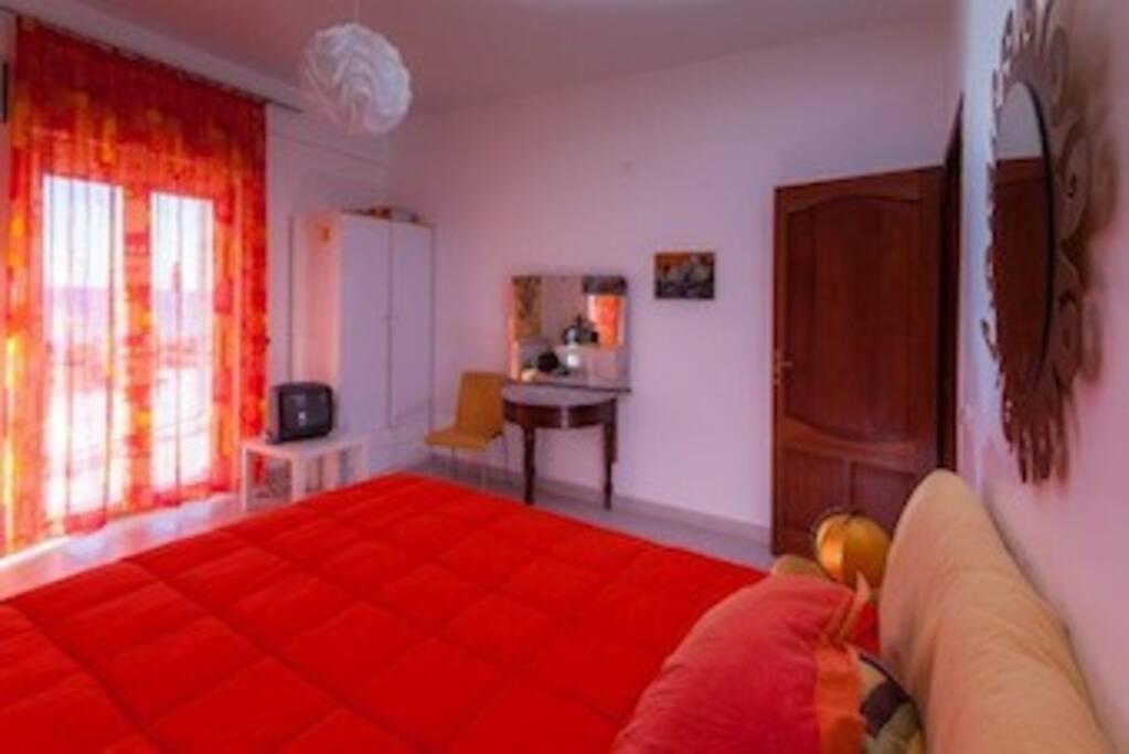 STANZA ARANCIO. 1 letto matrimoniale + divano letto singolo. Bagno privato esterno alla stanza. Con accesso diretto al terrazzo.