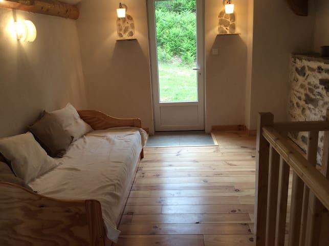 Chambre avec 2 petits lits et accès  extérieur