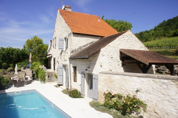 Family cottage , heated swimming pool in Burgundy,