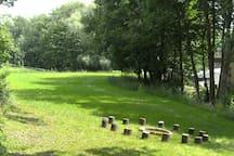 Idyllischer Campingplatz mit Bach