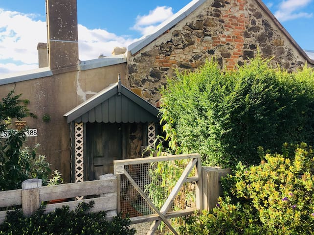 Westcott Cottage. Self contained and private