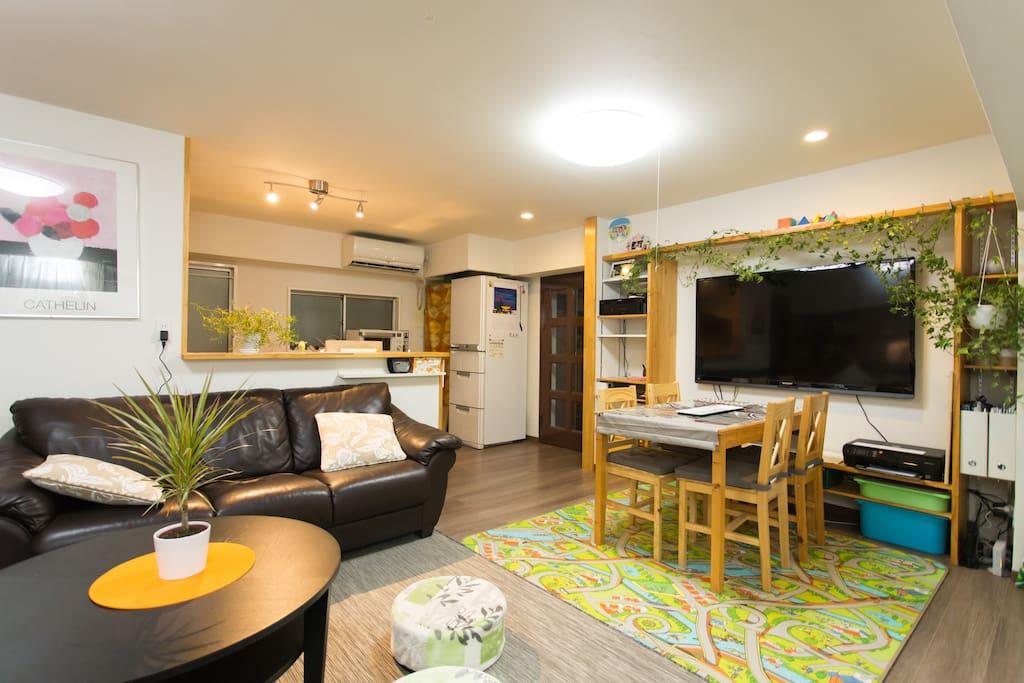 big size television and well designed room/房间设计合理,配备了超大型电视机