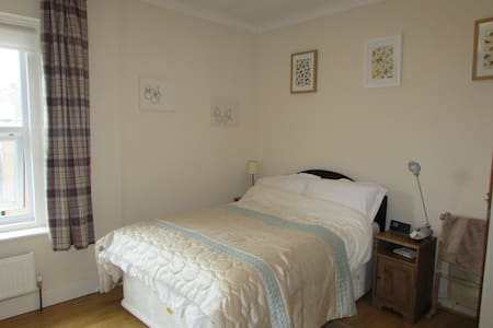 Spacious db bedroom beside the sea - Bexhill - House
