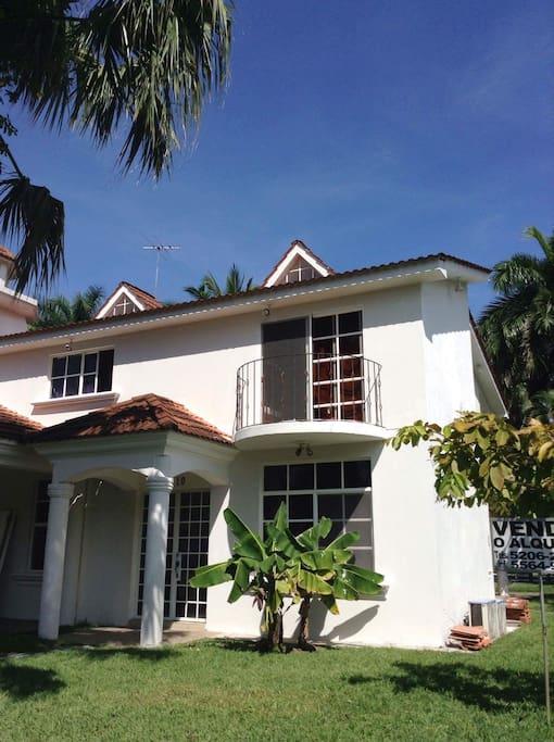 House Front Entrance | Entrada Principal de la Casa