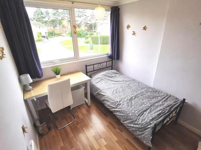 A Cosy Single Bedroom in Chilwell