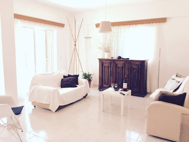 Private Retreat at Eleousa Minutes from Beach!