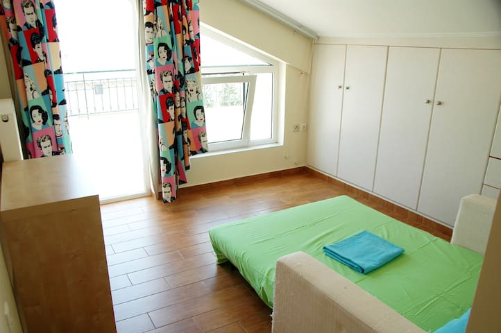 En-suite room with fantastic sea view! - Glifada - Wohnung