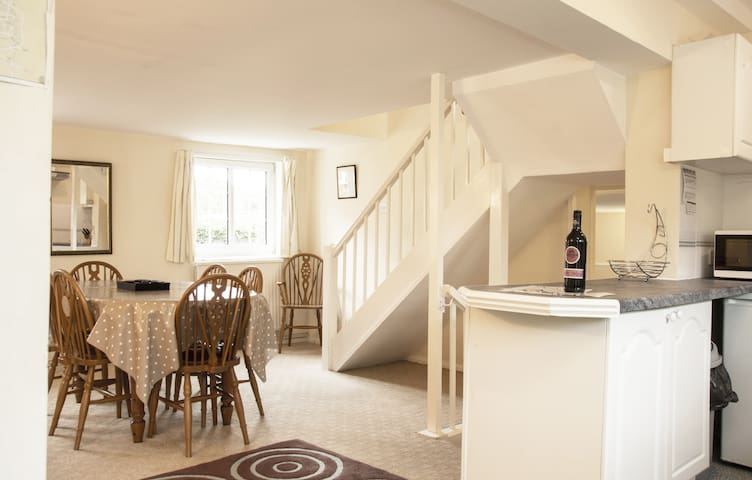 Cheyne Cottage: Large & Close to Stonehenge & Bath