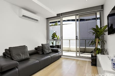 Just off bay St Port melbourne, best location and close to City. This Luxury apartment,only 3 years old and comes furnished with all the modern amenities including Washer/Dryer combo, Flatscreen in wall, heating and cooling. UC Parking