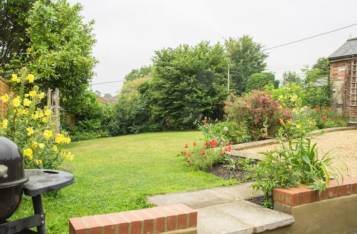 Large Cottage with Studio Flat +Garden-sleeps 8-10