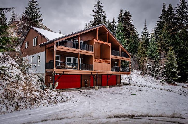 Snowberry 1B. 3 Bed/2 Bath ski in ski out condo.