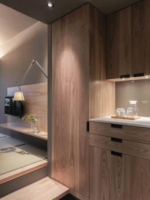 冰箱,保險箱,電視 Mini-fridge, electric safe, flat screen TV