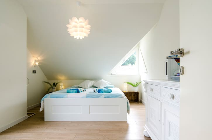Bright & sunny room close to Bruges