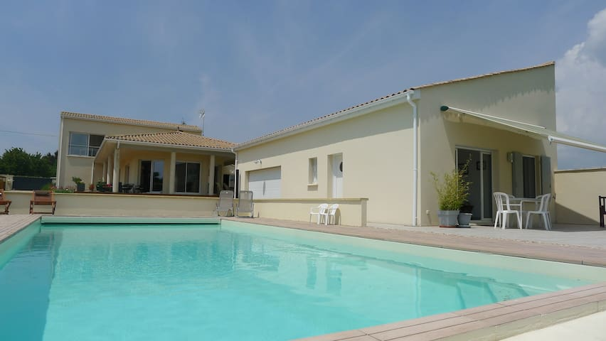 Au bord de la piscine - Mortagne-sur-Gironde - Bed & Breakfast