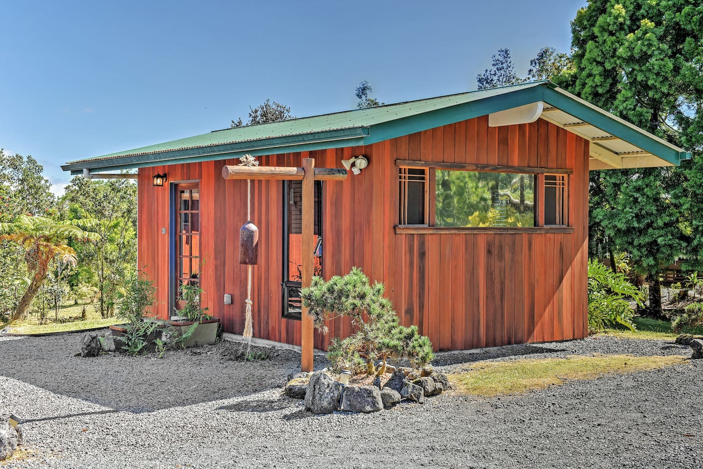 Enjoy a relaxing getaway at this lovely Volcano vacation rental studio