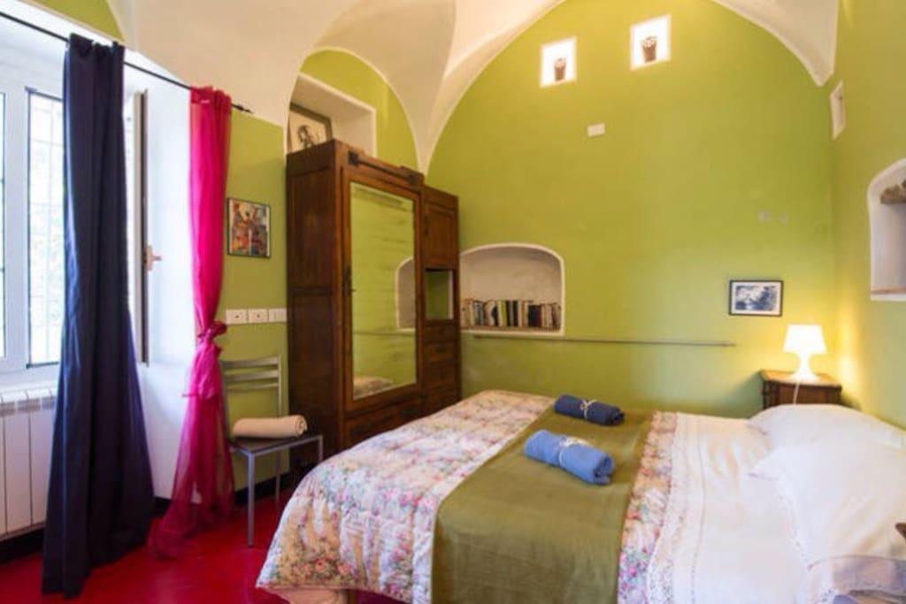 la camera da letto dove può stare comodamente un letto in più per una terza persona..