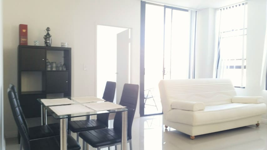 New modern tranquil Apt. between City & Airport - Rosebery