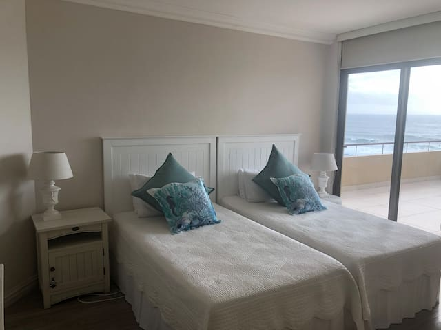 Second bedroom. 2 Three quarter beds with sea view