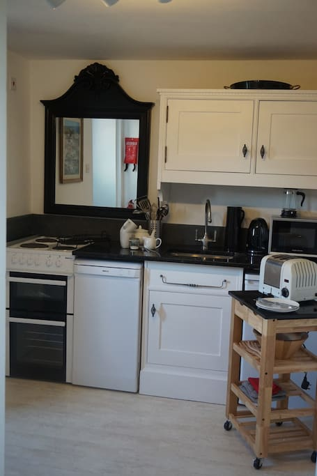 Cute and compact kitchen with all you need inc a dishwasher