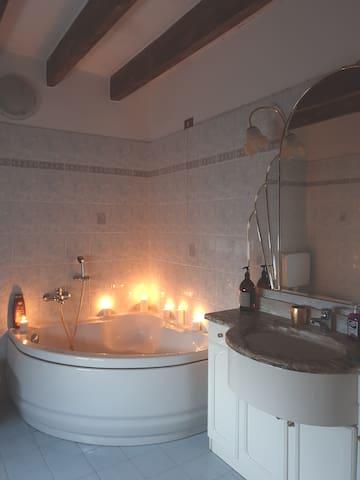 Nel bagno troverete tutto il necessario per il vostro relax (saponi, shampo, olii, asciugacapelli etc.) e un ampio box doccia -  In the bathroom you will find everything for your relax (soaps, shampoos, oils, hair dryers etc.) & a  shower cabin