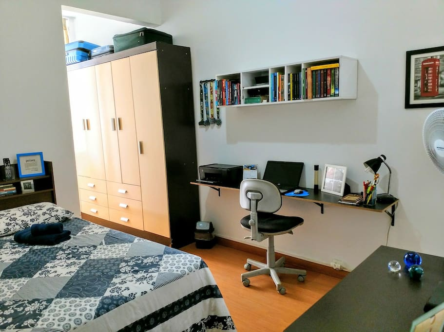 Quarto: cama de casal e espaço para notebook./Bedroom: double bed and space for notebook.