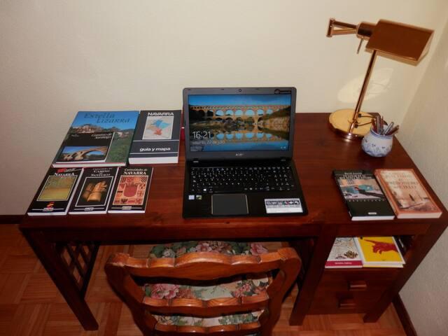 Mesa escritorio en la habitación.