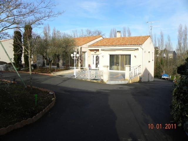 Dans maison moderne, chambre tout confort - Fontenay-le-Comte