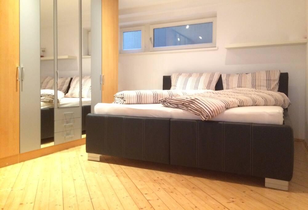 Schlafzimmer 01 (King Size 190 x 200 cm für 2 Personen