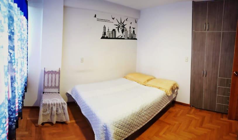 Habitación con cama matrimonial , espaciosa con muy  buena vista. ! Ropero empotrado
