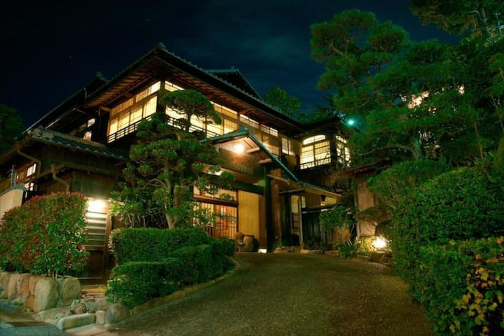 A Nostalgic Hot Spring Ryokan Hotel in Arima, Hyogo Pref. (Twin Western Room, Up to 3 People)